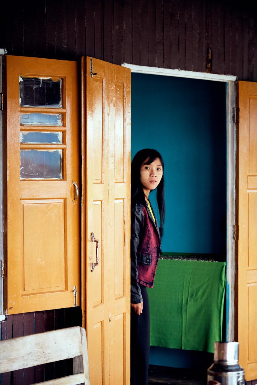 Portrait d'une femme entre deux portes