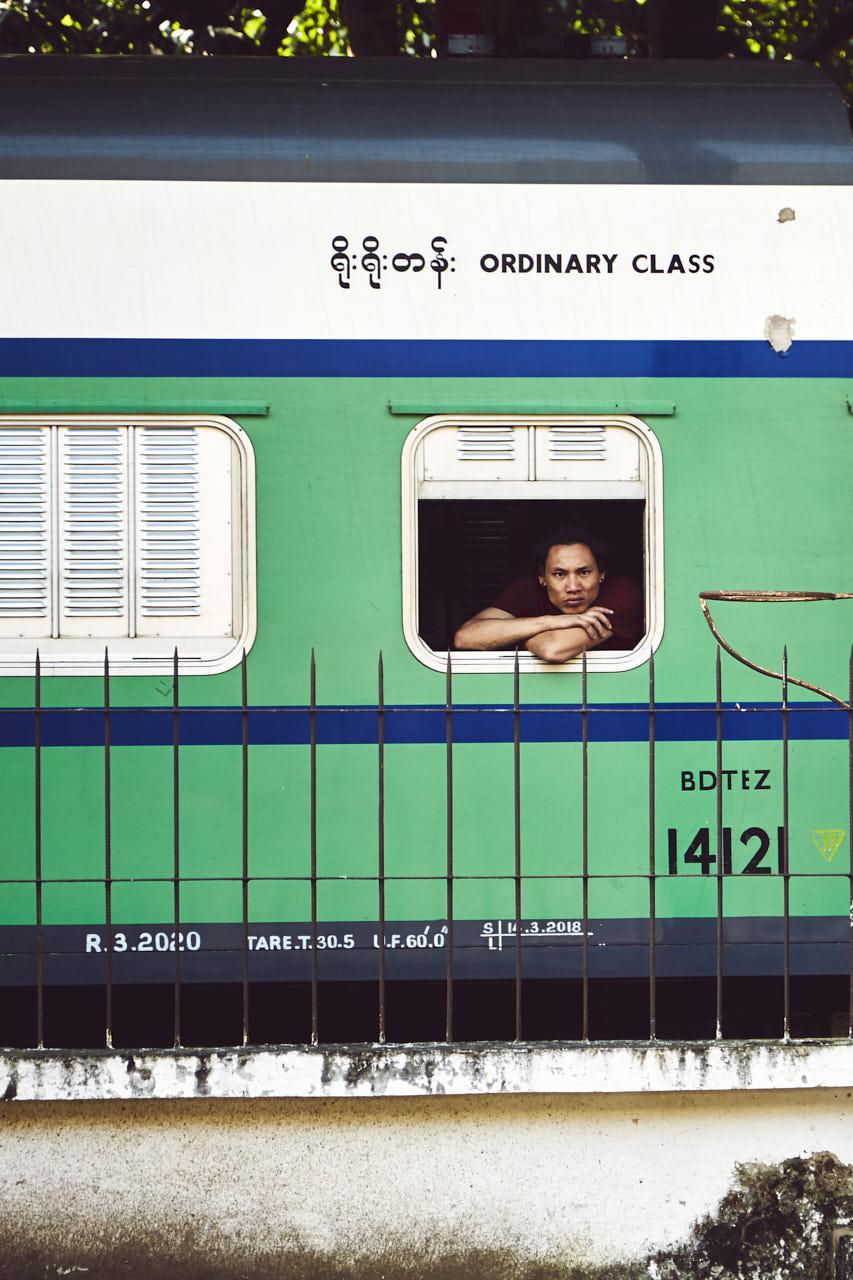 Un homme accoudé à la fenêtre du train