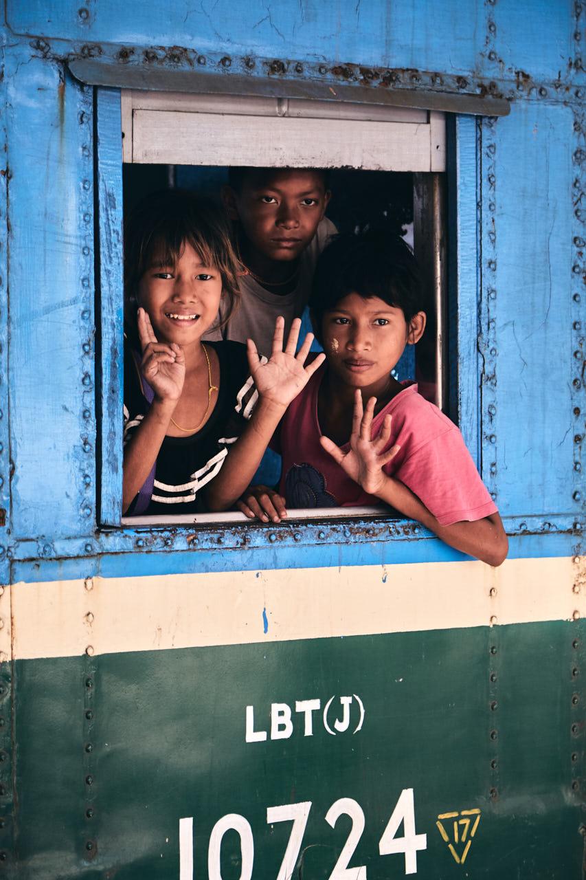 Des enfants font bonjour à la fênetre