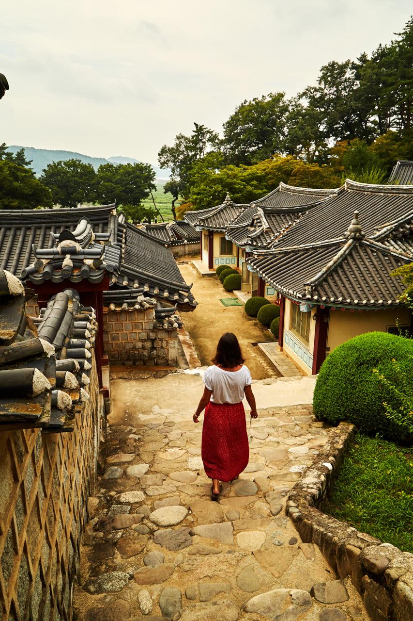 Une femme marche dans un village