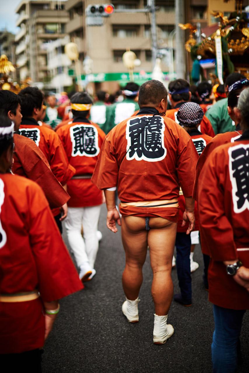 Un homme en mawashi dans la rue