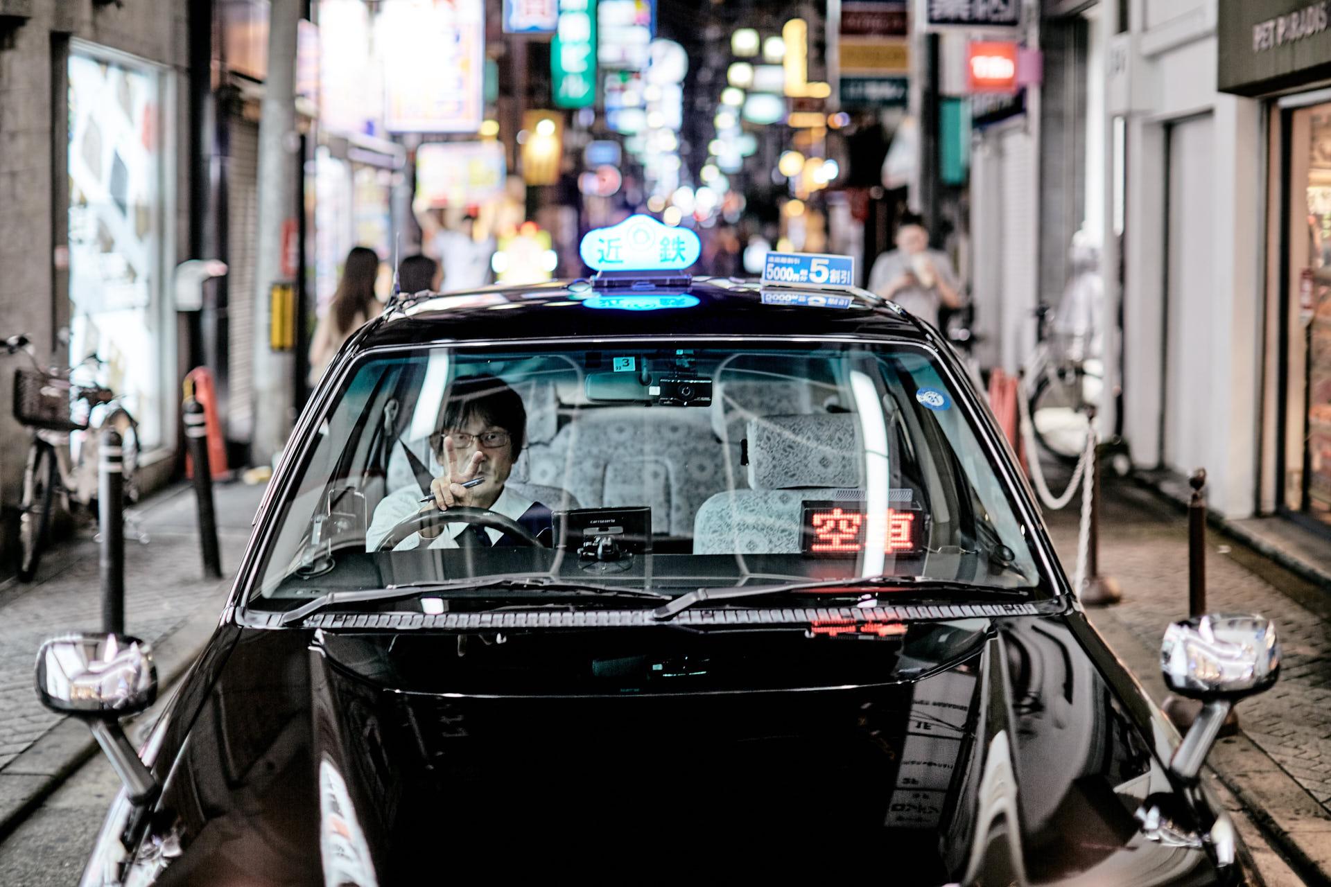 Un conducteur de taxi fait un signe