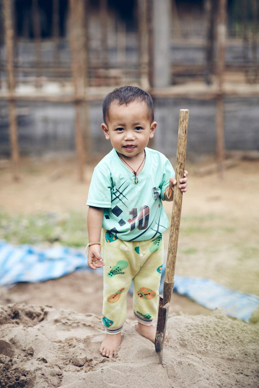 Un enfant avec une pelle