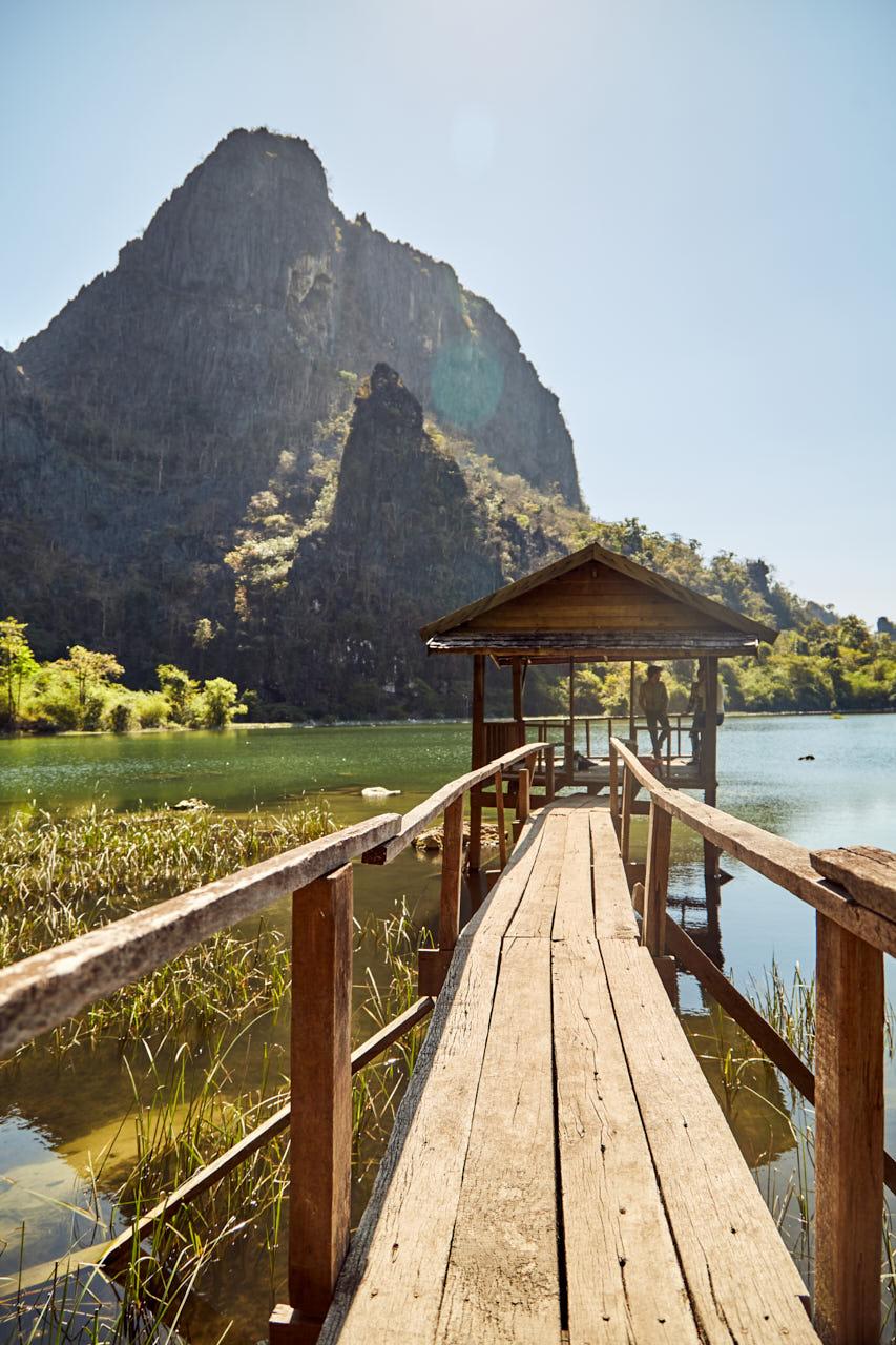 Une cabane et un ponton sur le lac