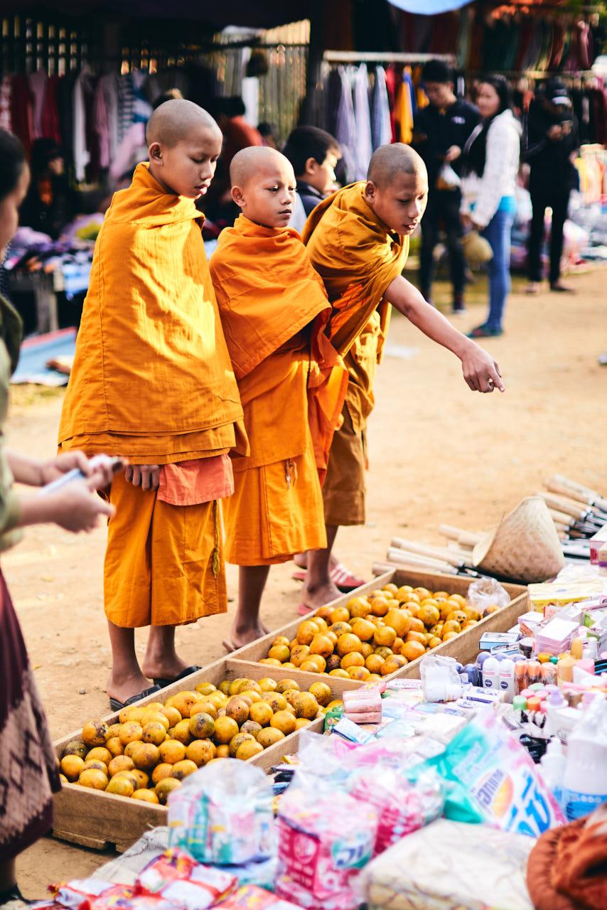 Des moines font leurs courses