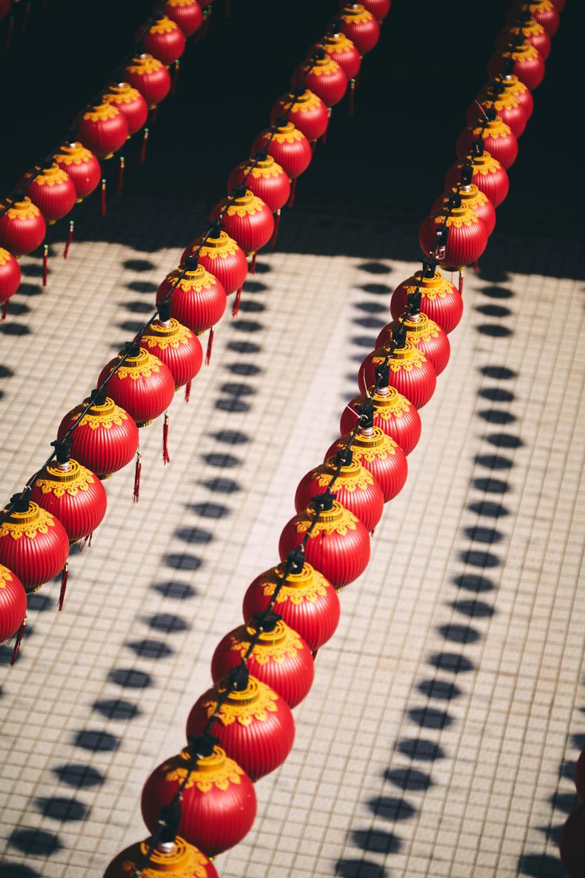 Des lanternes dans un temple