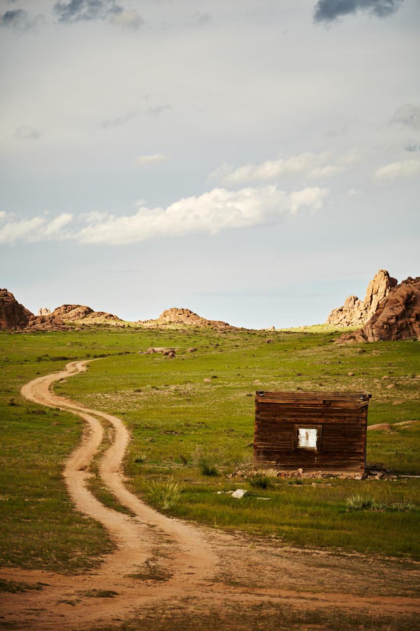 Photo d'un sentier et d'une cabane en mongolie