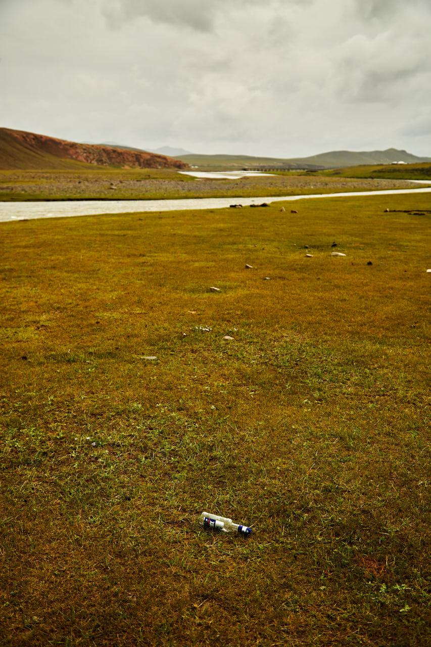Une bouteille de vodka abandonnée