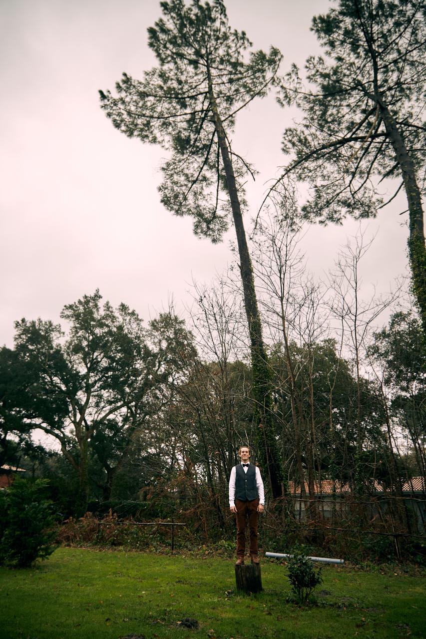 Le marié dans les pins