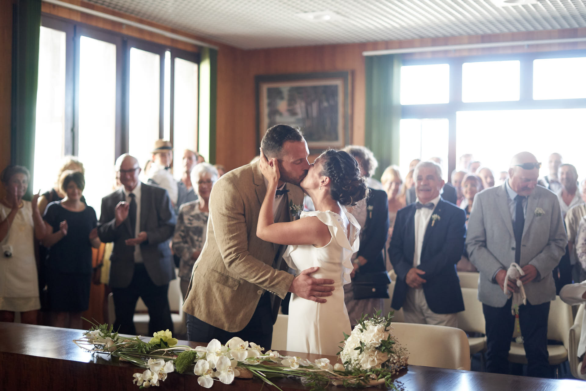 Deux mariés s'embrassent