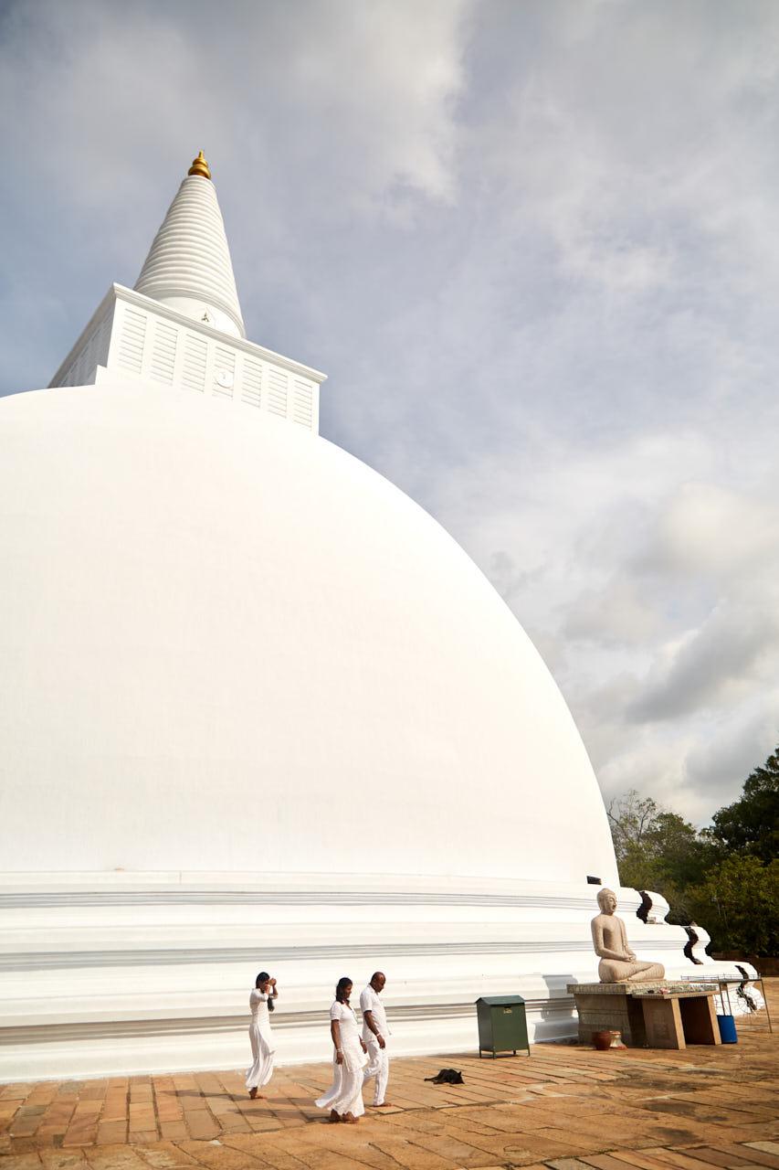 Des gens passent devant une pagode