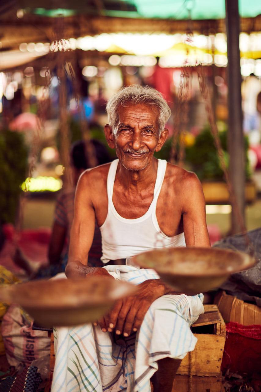 Un homme sourit devant une balance