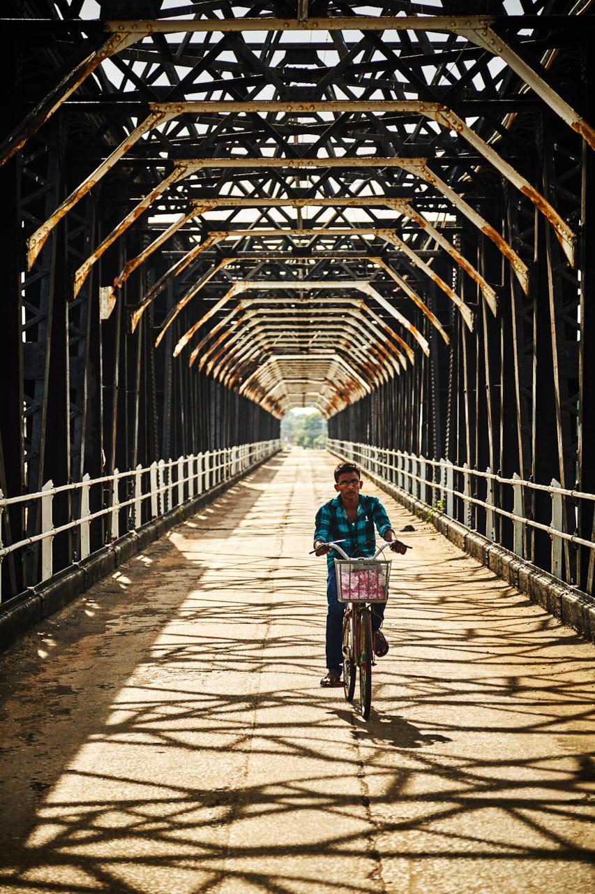 Un cycliste sous un pont