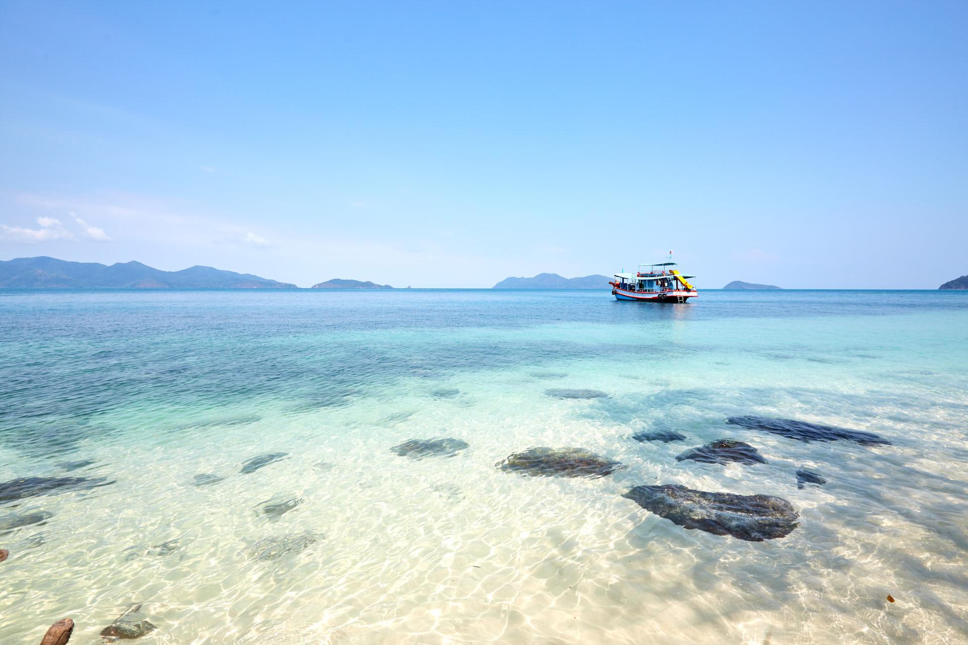 Un bateau dans l'eau turquoise