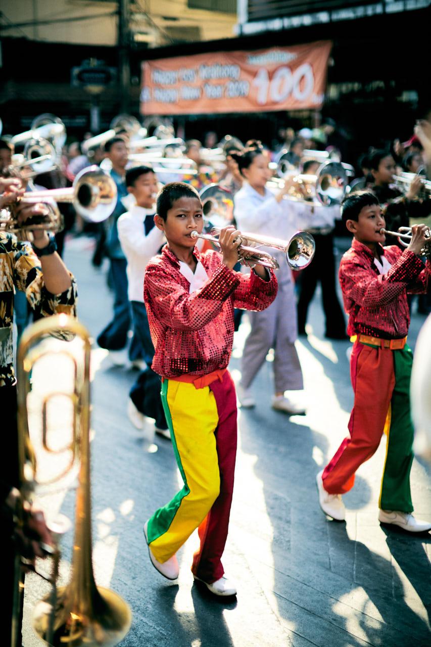 Un jeune homme joue de la trompette