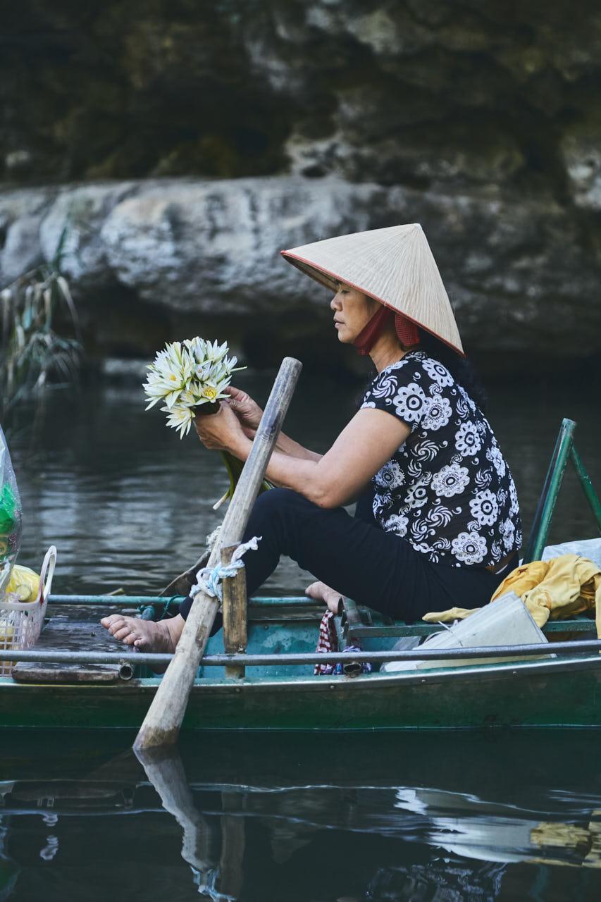 Préparation d'un bouquet de fleur sur un bateau