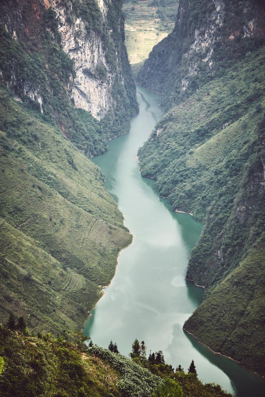 Vue d'une rivière entre deux montagnes
