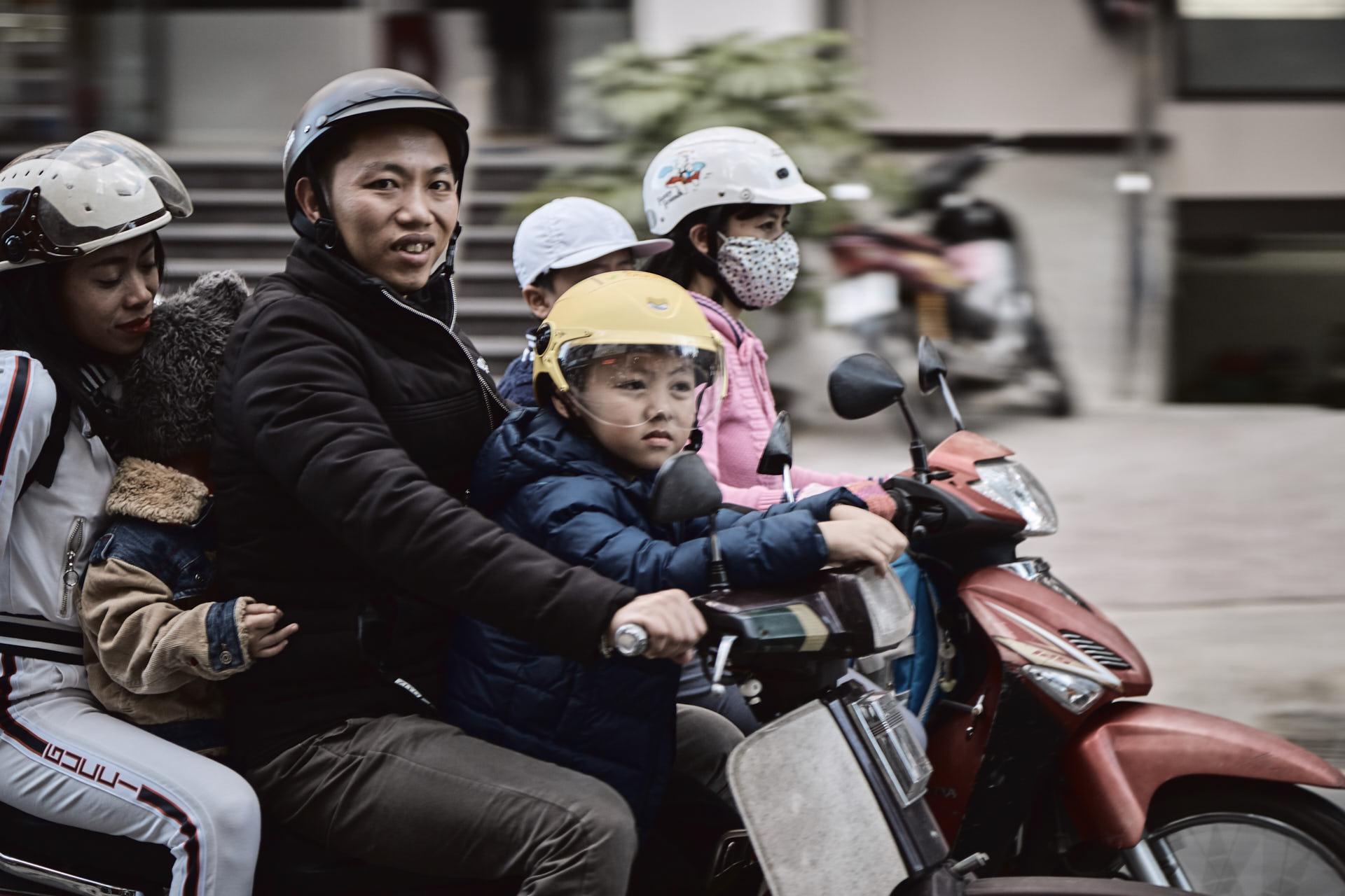Quatre personnes sur un scooter