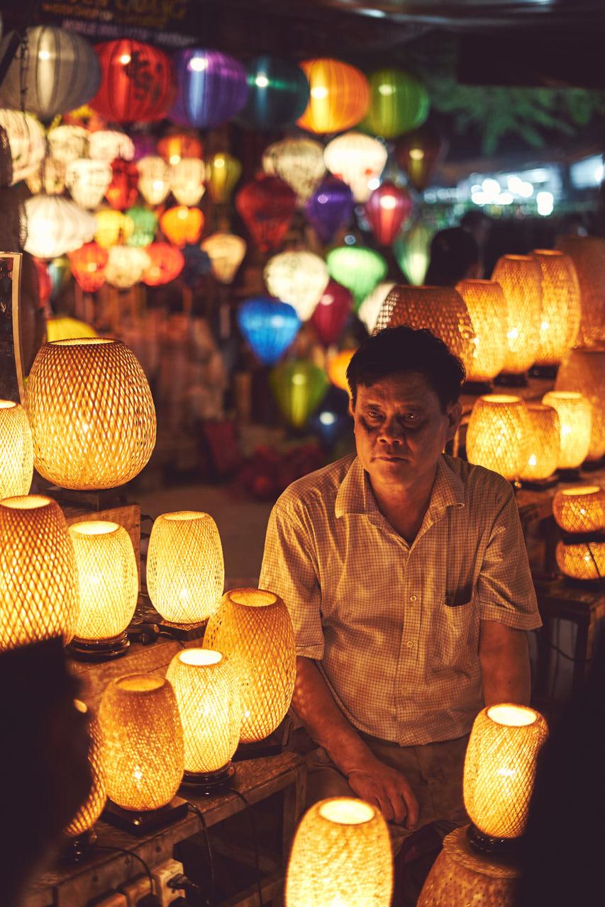 Un homme vend des lanterne