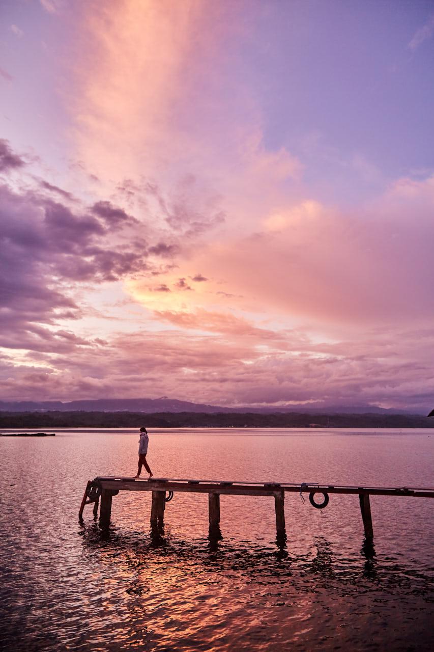 Une femme sur un ponton