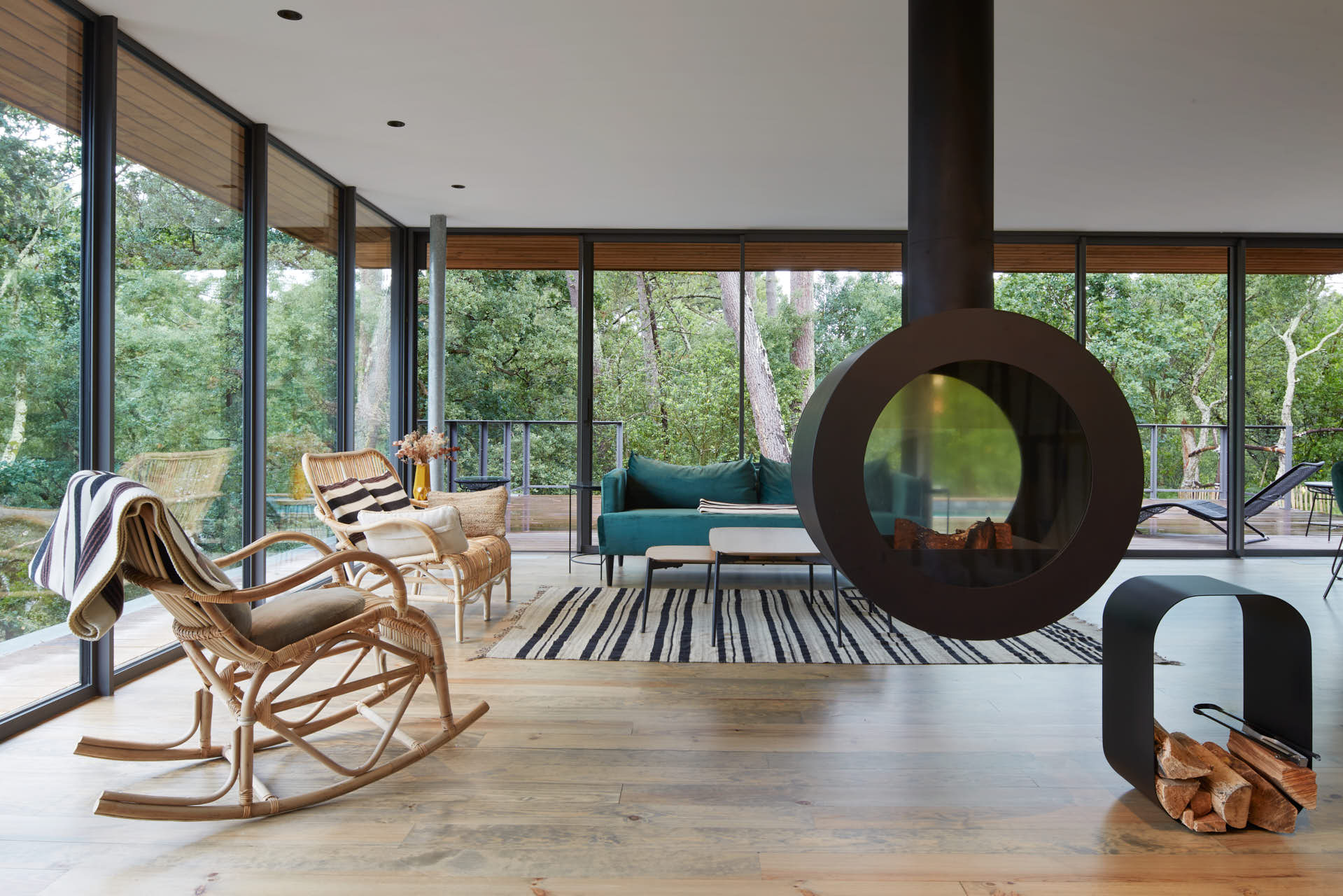 Salon ouvert de la villa de la forêt